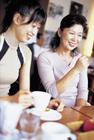 カフェでくつろぐミドル女性と娘