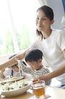 食事をする母親と子供たち