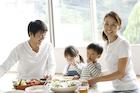 食事をする4人家族