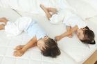 昼寝をする男の子と女の子