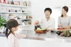 キッチンで楽しそうな家族