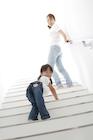 階段を振り返る母親と女の子
