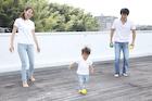 屋上で遊ぶ家族