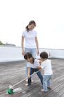 屋上を掃除する家族