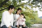 公園でくつろぐ3人家族