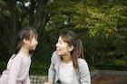 公園で遊ぶ女の子と母親