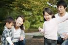 公園で遊ぶ4人家族