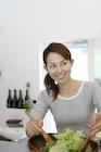 サラダを作る30代女性