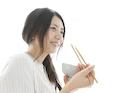 白ご飯を食べる若い女性