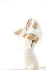 タオルで髪を拭く若い女性