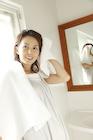 タオルで髪を拭く30代女性