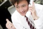 電話で話すビジネスマン