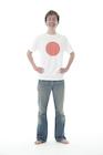 日の丸Tシャツを着た若い男性