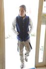 入口を通る若い男性