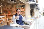 オープンカフェでくつろぐ若い男性