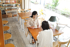 カフェで話す若い女性2人