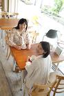 カフェでの女性2人ポートレート