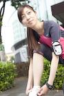 靴紐を直すジョギング姿の若い女性