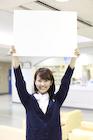 病院でホワイトボードを掲げる女性職員