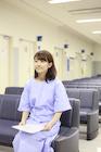 待合室で待つ女性患者