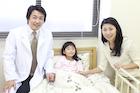 ベッドの女の子と母親と医師ポートレート