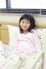 ベッドに座り微笑む女の子
