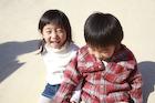 楽しそうに笑う冬の幼い兄妹