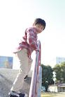 冬の公園で遊ぶ幼い男の子