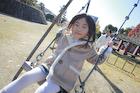 冬の公園ブランコで遊ぶ幼い女子