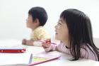 幼児教室で勉強する幼い女の子と男の子