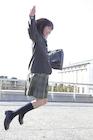 屋上でジャンプする女子高校生