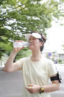 水を飲むジョギング姿のシニア女性