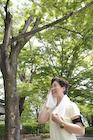 汗を拭くジョギング姿のシニア女性