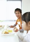 朝食を摂る父と娘