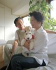 犬を抱くミドル夫婦