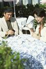屋外でお茶をするミドル男女