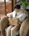 ソファーに座るミドル女性