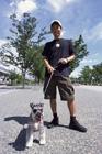 犬と散歩するミドル男性