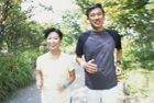 ジョギングするミドル夫婦