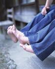 縁側のミドル夫婦の足
