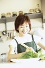料理をする女性