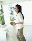 サラダを運ぶ女性