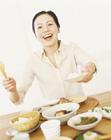 和食を楽しむ女性