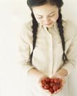 女性とプチトマト