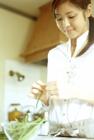 料理の準備をする女性