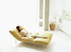 ソファーでリラックスする女性