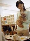 犬を抱きショッピングする女性