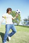 ボール遊びする男性