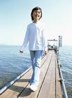 桟橋を歩く女の子