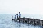 桟橋を歩く家族